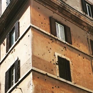 I fori dei proiettili sparati dalle SS all'angolo tra via Rasella e via Boccaccio